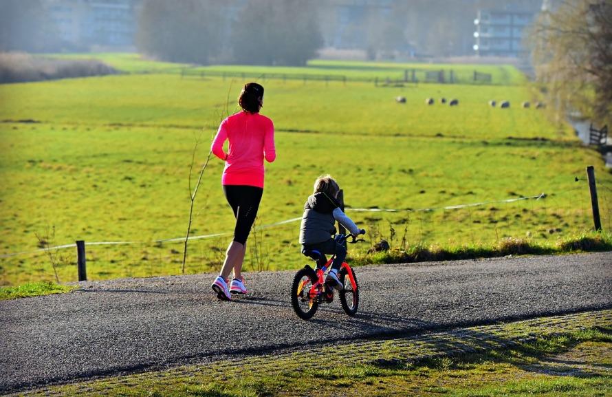 mom-runs-with-bike